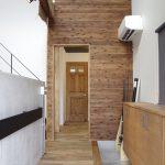 玄関 板張り×コンクリート